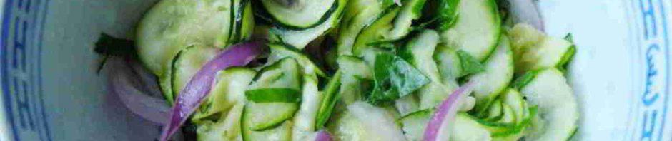 Cuketový salát v kombinaci s červenou cibulí v misce