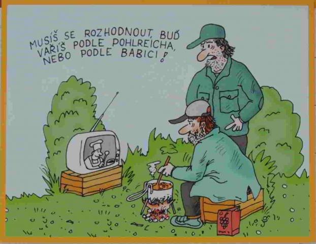 dva trampové vaří v lese podle přenosné TV