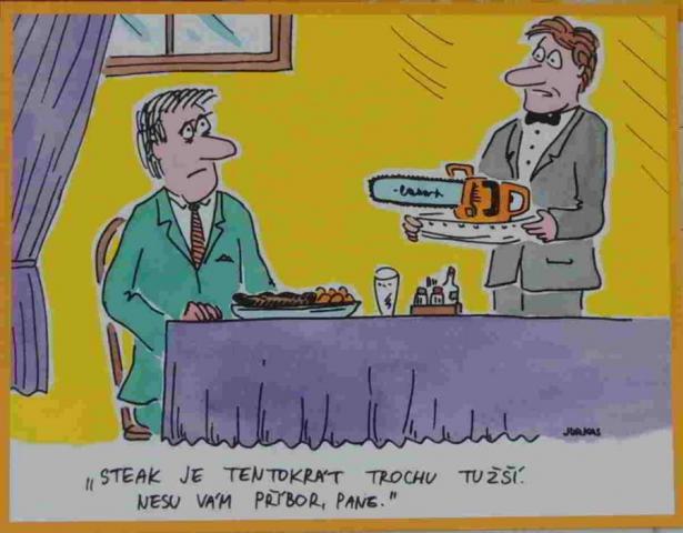 číšník nese hostovi ke stolu pilu na steak