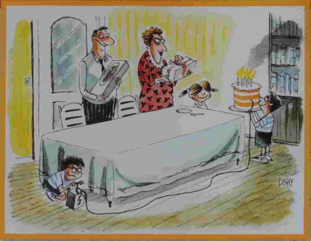 rodina slaví narozeniny a malý nezbeda připravuje pod stolem rozbušku