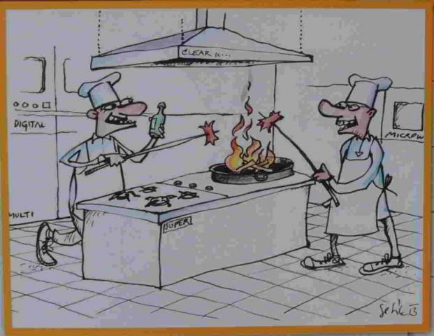 dva kuchaři si na pánvi opékají špekáčky a flambují je