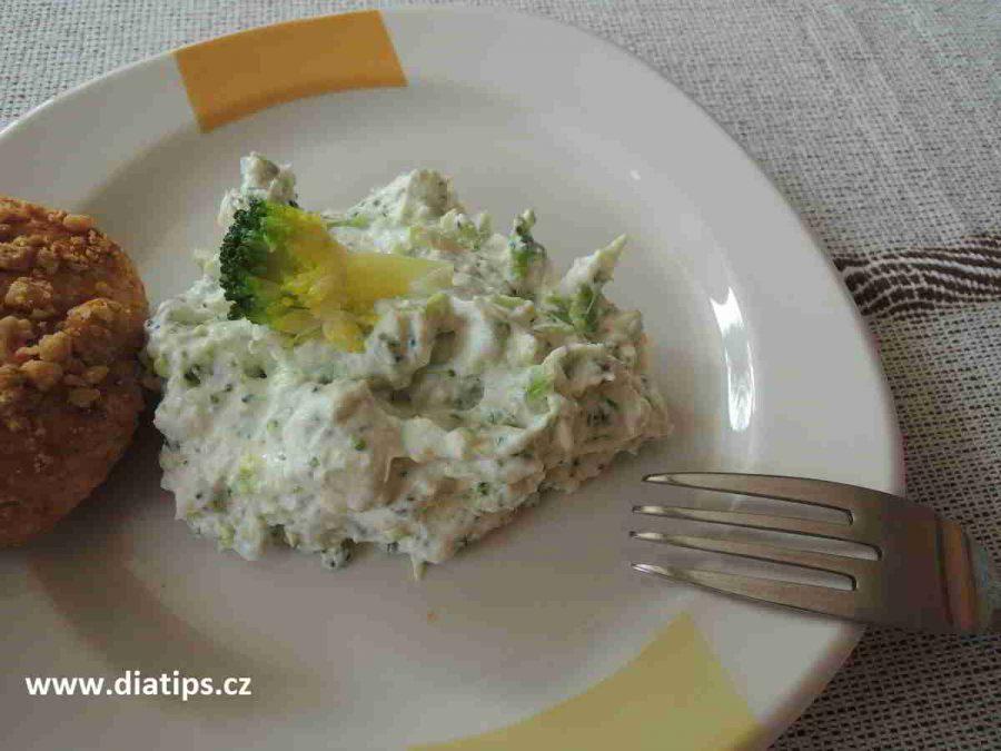 Brokolicová pomazánka na talířkus pečivem
