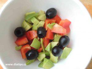 Lehký salát s avokádem a olivami v misce na stole