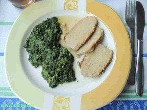 Dušený špenát tradičně zahuštěný jíškou na talíři