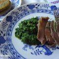 Špenát na talíři s plátky masa