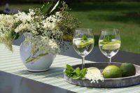 nápoj z bezové šťávy a bílého vína na stole