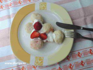 Jahodové knedliky připravené na talíři k snědku