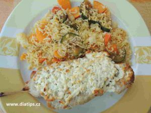 Kuřecí špíz na talíři s rýží