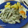 na talíři fazolky na smetaně s bramborem a smaženým vejcem