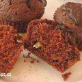 muffiny na talířku, na řezu jedné muffiny je vidět kypré těsto a kousky ořechů