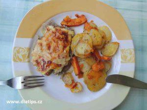 Vepřové plátky s cibulí a s eidamem na talíři