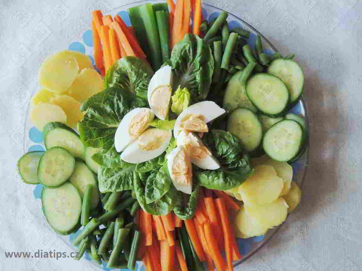 zelenina na Gado gado ozdobně vyskládaná na míse