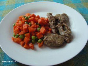 dušené maso na hořčici s dušenou mrkví a hráškem na talíři