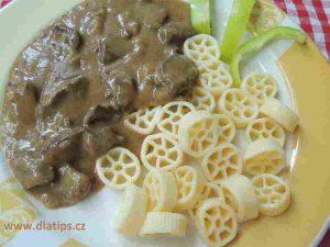 Na talíři porce dušeného srdce s těstovinami