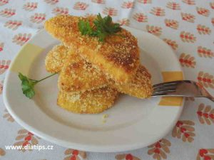 plátky smaženého celeru na talířku bez přílohy