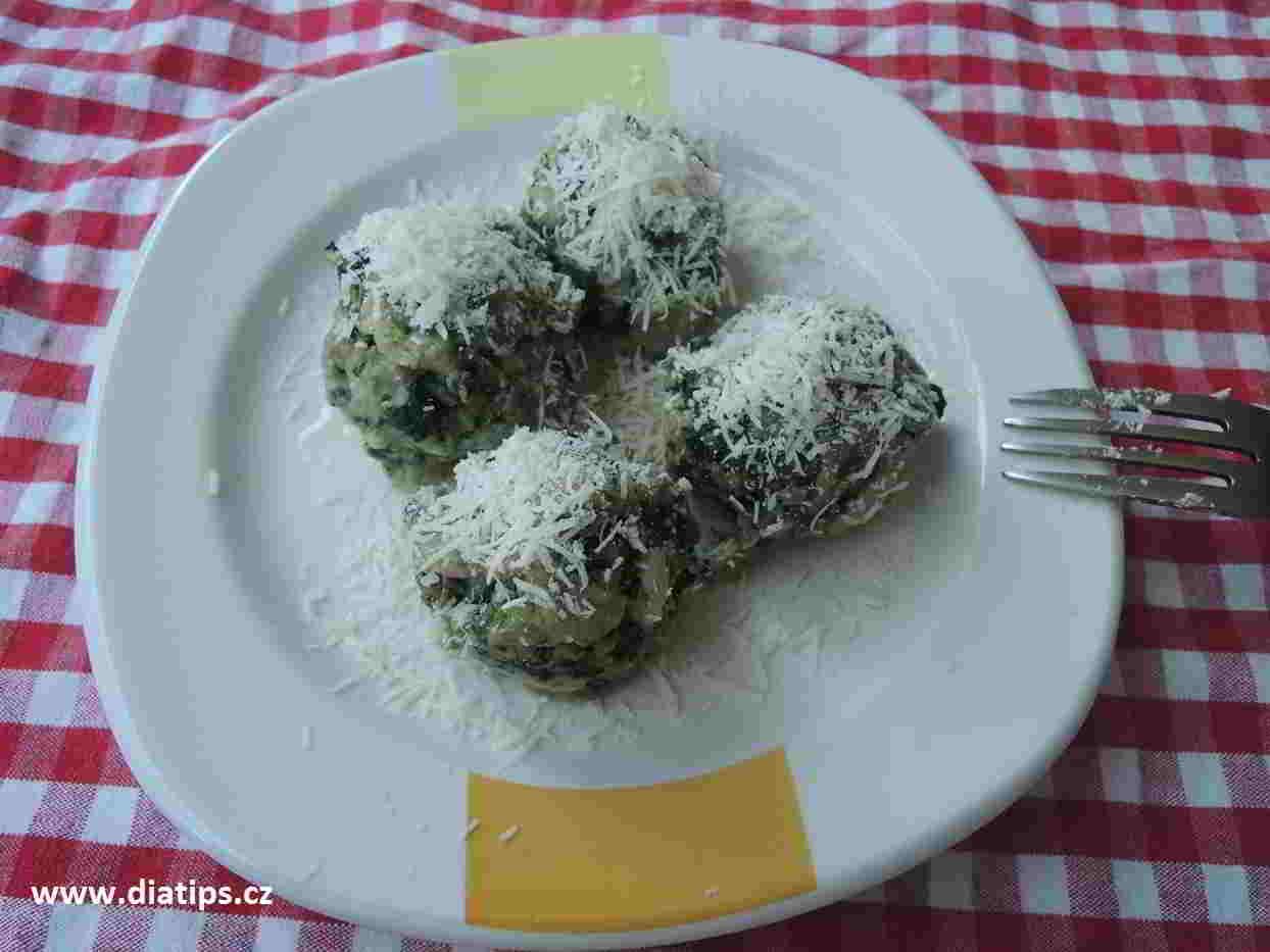 špenátové knedlíky na talířku