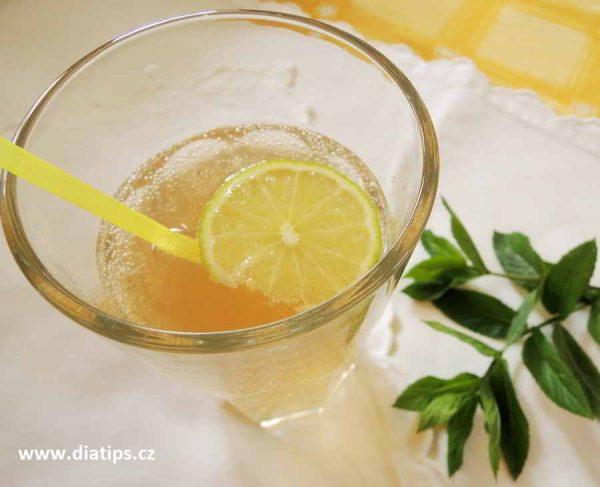 Nápoj s mátovým sirupem ozdobený plátkem citronu
