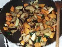 Příprava zeleniny na pánvi