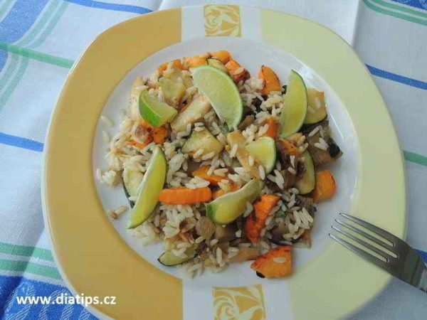 Zeleninová Rýže na talíři ozdobená limetkou