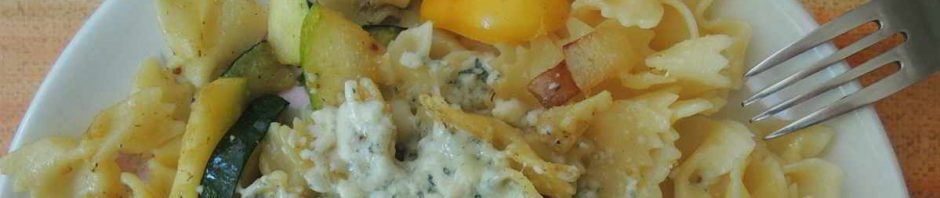 detail pokrmu těstoviny s cuketou