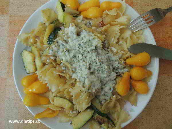 Těstoviny s cuketou na talíři