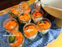 Okurky ve sklenicích připravené k zalití nálevem