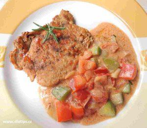 opečený plátek masa doplněný směsí z čerstvé zeleniny a omáčkou