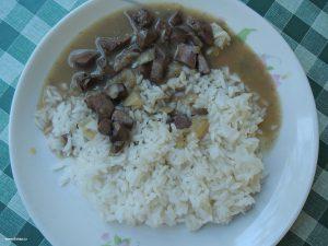 dušené ledvinky s rýží na talíři