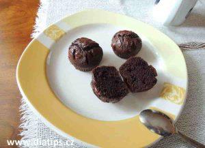 muffiny na talíři, jedna je rozkrojená