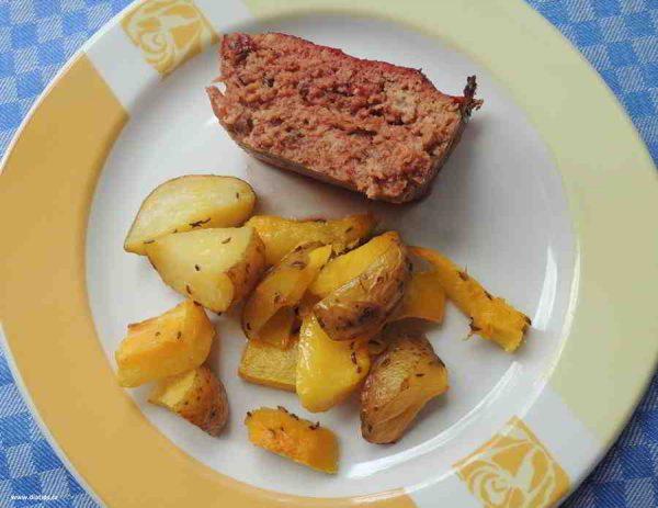 Sekaná s červenou řepou a bramborami s dýní na talíři