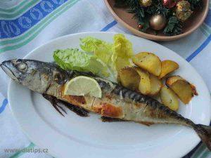Upečená makrela na talíři s přílohou