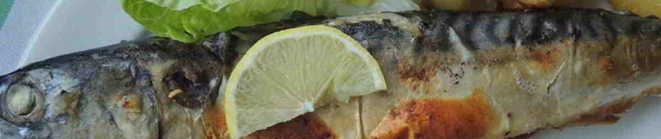 Pečená makrela na talíři
