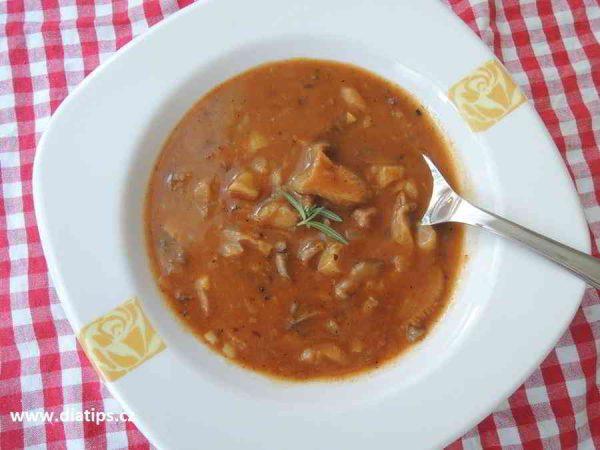 hlívová polévka na talíři