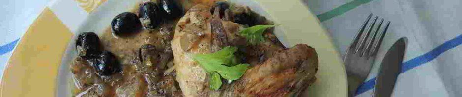 kuře pečené na olivách na talíři