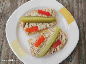 pomazánka na plátcích chleba ozdobená zeleninou