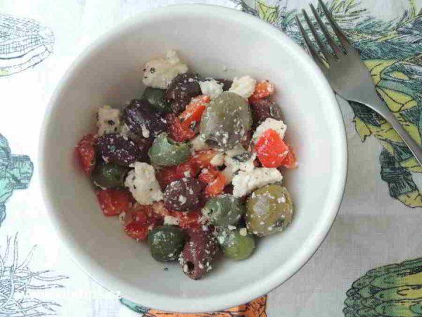 hotový salát z oliv v misce