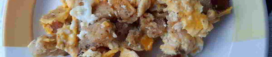 porce smažených vajec na talířku
