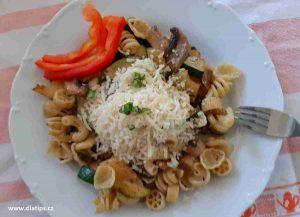 porce těstovin s cuketou na talíři