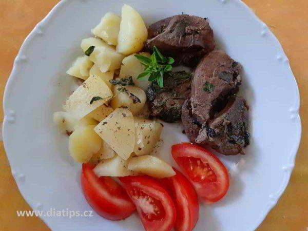 porce jater s bramborami na talíři