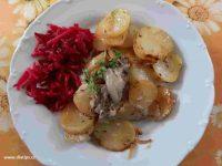 salát z bílé ředkve a červené řepy je výborná příloha k hlavnímu jídlu