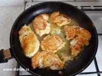 opékání masa s kurkumou na pánvi