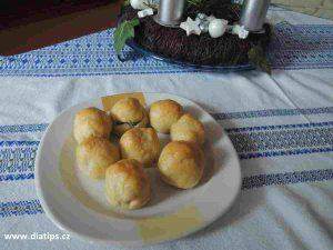 datlové koláčky na talíři