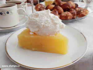 dietní dort z jablek: porce dortu na talířku
