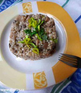 tradiční pokrm z ječných krup a hub