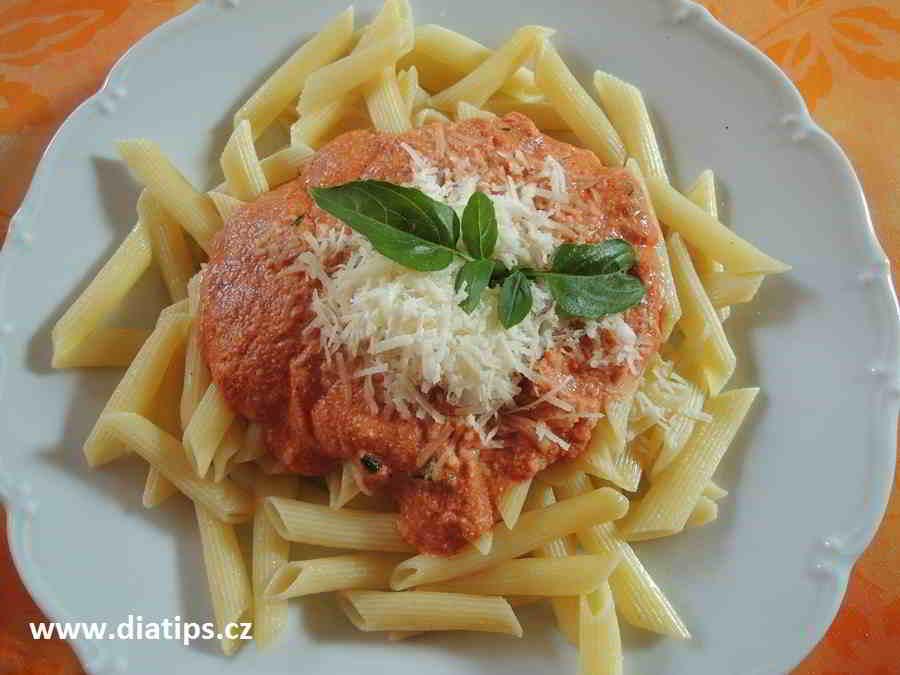 Italské těstoviny s ricottou naservírované na talíři
