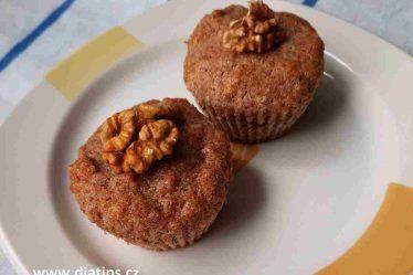 muffiny s jablky a ořechy na talířku