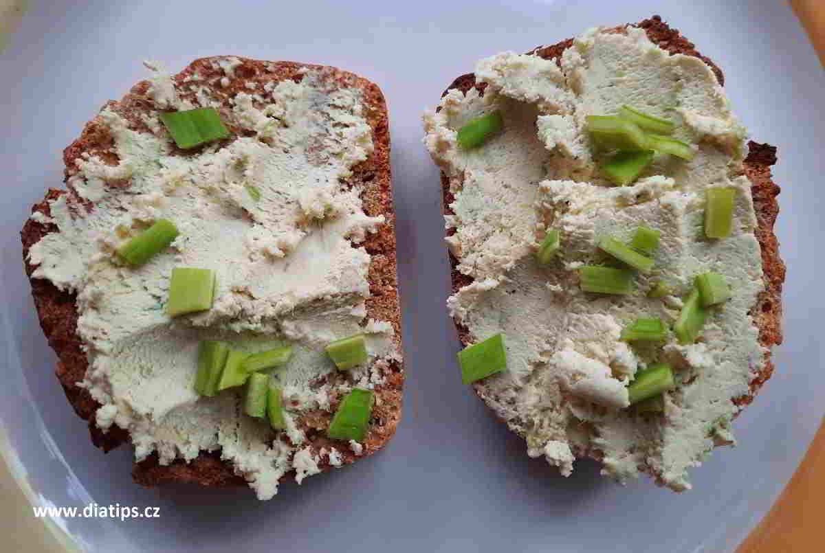 Pomazánka z tofu a pórku namazaná na plátcích chleba