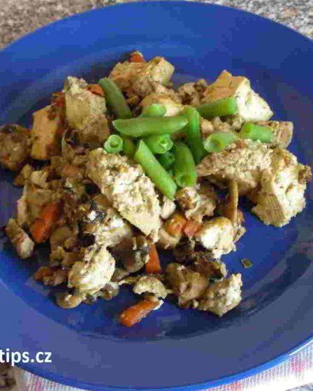 salát z tofu a kuřecího masa na talíři